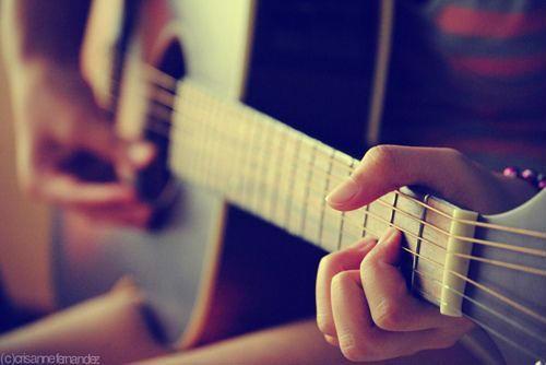 唯美女生弹吉他意境图片