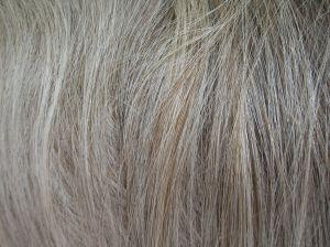 ... 头发 搭配 粉 蓝色 衬衫 哈哈 ` ` 我 头发 变成 灰色